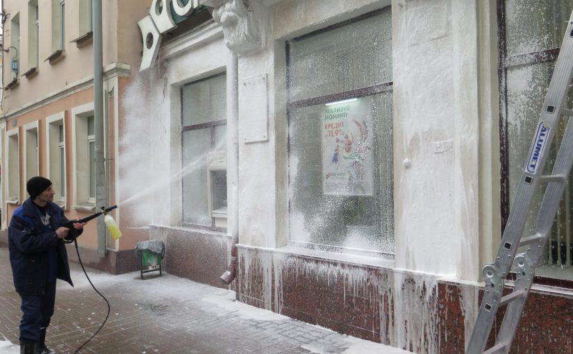 ОАО «Жилищник» отмывает пыльные фасады Смоленска после зимы