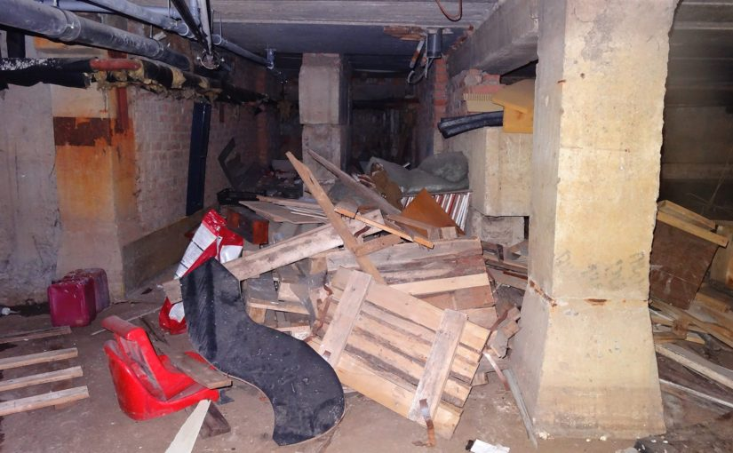 Многоквартирные дома, превращенные в склады ненужных вещей, стали угрозой для самих жильцов