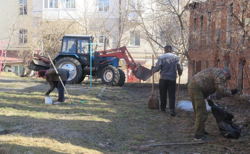 ОАО «Жилищник» проводит субботник во дворах Смоленска