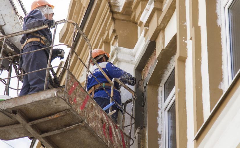 ОАО «Жилищник» проводит косметический ремонт фасадов многоквартирных домов Смоленска