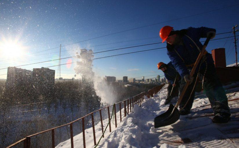 ОАО «Жилищник» производит уборку снега во дворах и с крыш многоквартирных домов