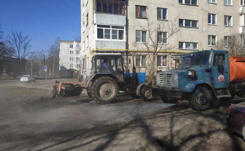 Сотрудники ОАО «Жилищник» приступили к влажной уборке дворов