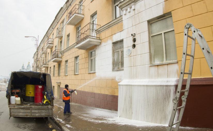 ОАО «Жилищник» очищает фасады домов от накопившейся за зиму грязи